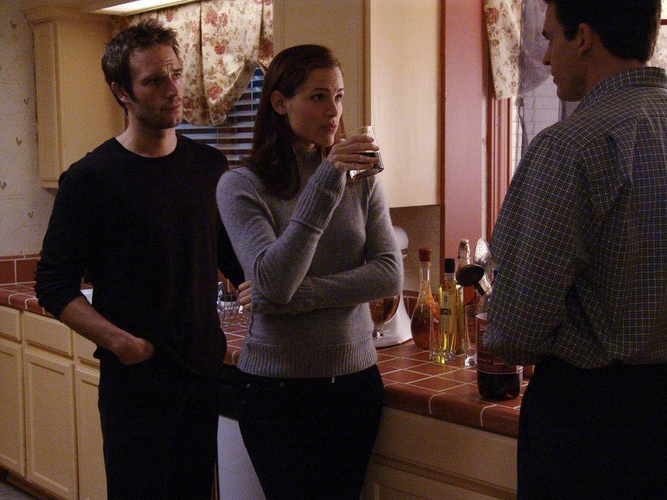 Nach einem lebensgefährlichen Eingangstest werden Sydney (Jennifer Garner, M.) und Vaughn (Michael Vartan, l.) mit dem Ziel des Anschlags bekannt g... - Bildquelle: Touchstone Television