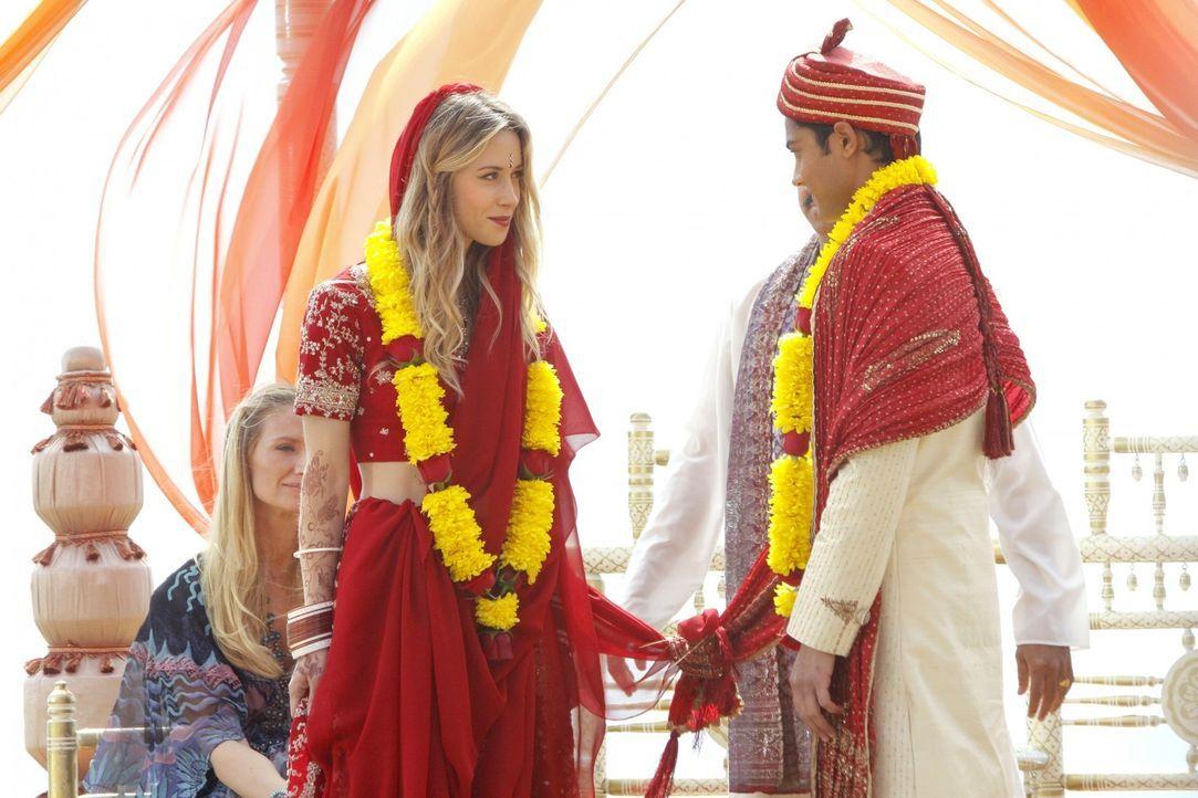 Sind endlich vermählt: Ivy (Gillian Zinser, l.) und Raj (Manish Dayal, r.) - Bildquelle: TM &   2011 CBS Studios Inc. All Rights Reserved.