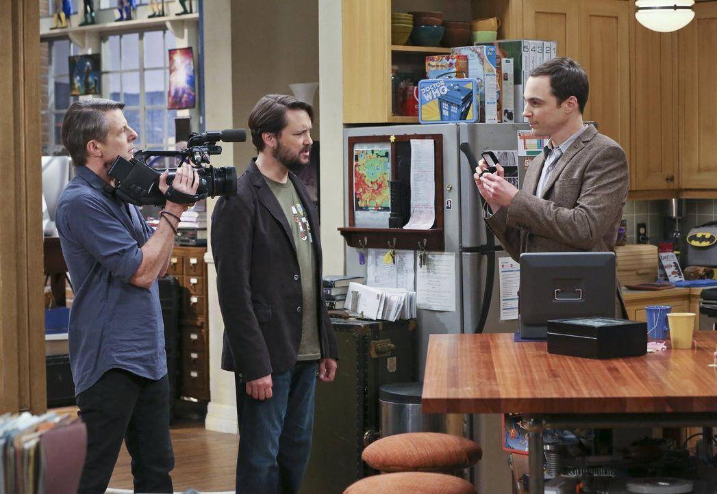 Eigentlich soll er mit Adam Nimoy (l.) und Wil Wheaton (M.) für eine Dokumentation über Star Trek reden, doch dann wartet Sheldon (Jim Parsons, r.)... - Bildquelle: 2015 Warner Brothers