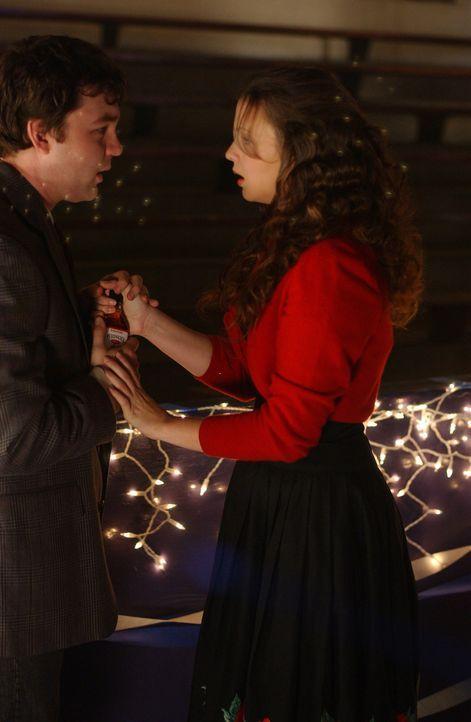 Joan (Amber Tamblyn, r.) wird von Gott gebeten, mit dem gewalttätigen Steve (Fred Kohler, l.) zum Tanzabend zu gehen ... - Bildquelle: Sony Pictures Television