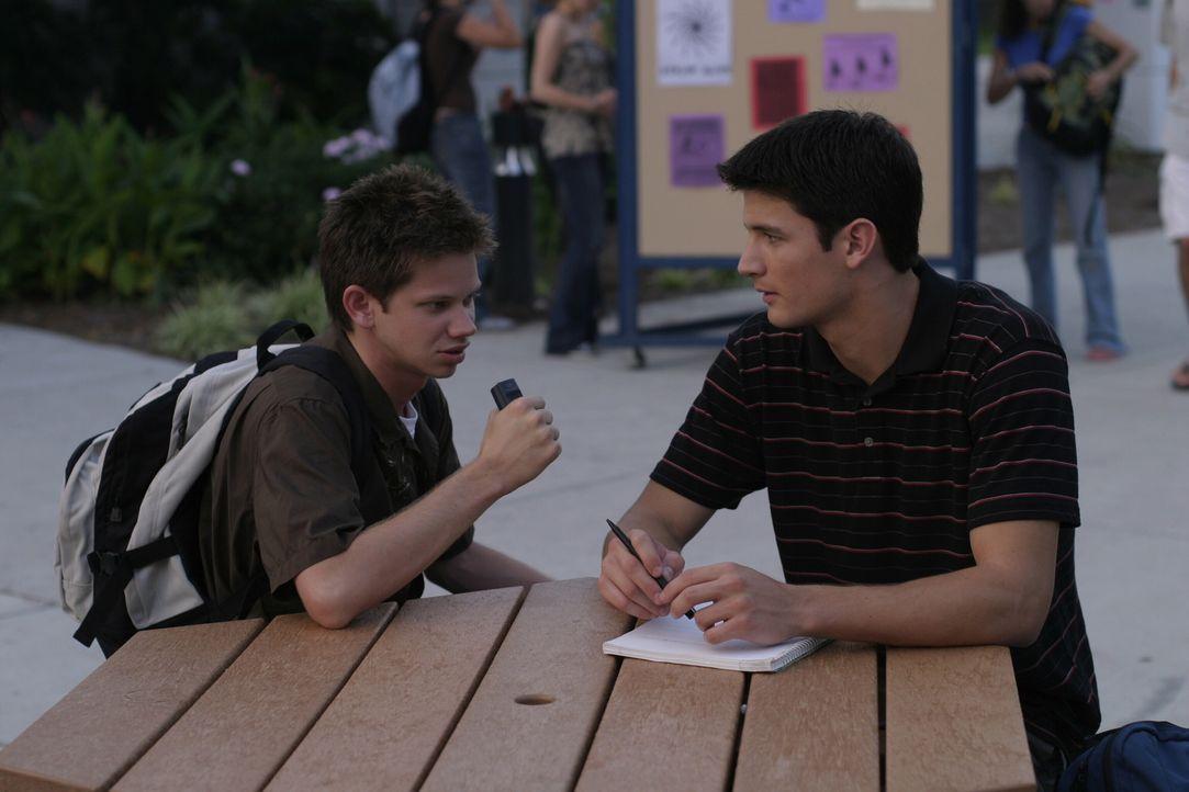 Sofort macht sich Mouth (Lee Norris, l.) wieder an seine Arbeit als Kommentator. Er schnappt sich Nathan (James Lafferty, r.) als ersten Interviewpa... - Bildquelle: Warner Bros. Pictures