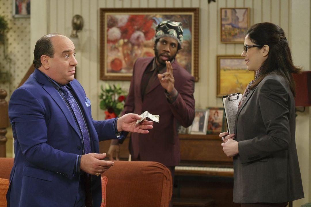 Als Vince (Louis Mustillo, l.) Mike und Molly durch unlautere Mittel dabei helfen will, von Karen (Amy Farrington, r.), der Angestellten der Adoptio... - Bildquelle: Warner Brothers