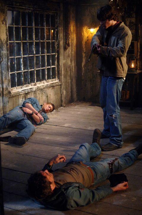 Der mörderische Dämon hinterlässt schmerzliche Spuren: Dean (Jensen Ackles, l.), John (Jeffrey Dean Morgan, M.) und Sam (Jared Padalecki, r.) ... - Bildquelle: Warner Bros. Television