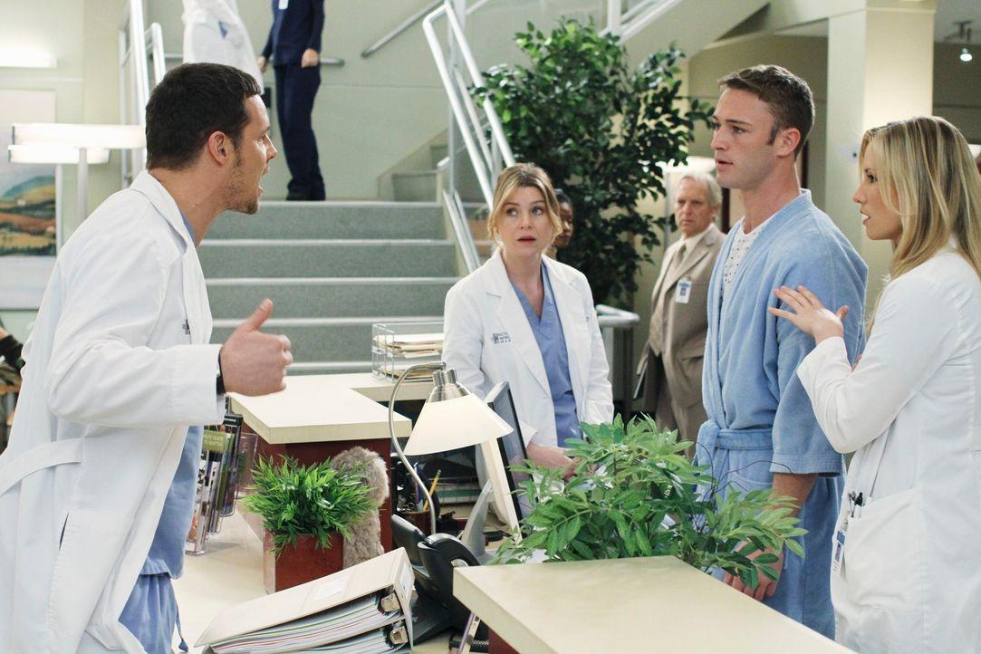 Als Alex (Justin Chambers, l.) jüngerer Bruder Aaron (Jack McLaughlin, 2.v.r.) plötzlich im Seattle Grace auftaucht, kommt es zum Streit zwischen de... - Bildquelle: Touchstone Television