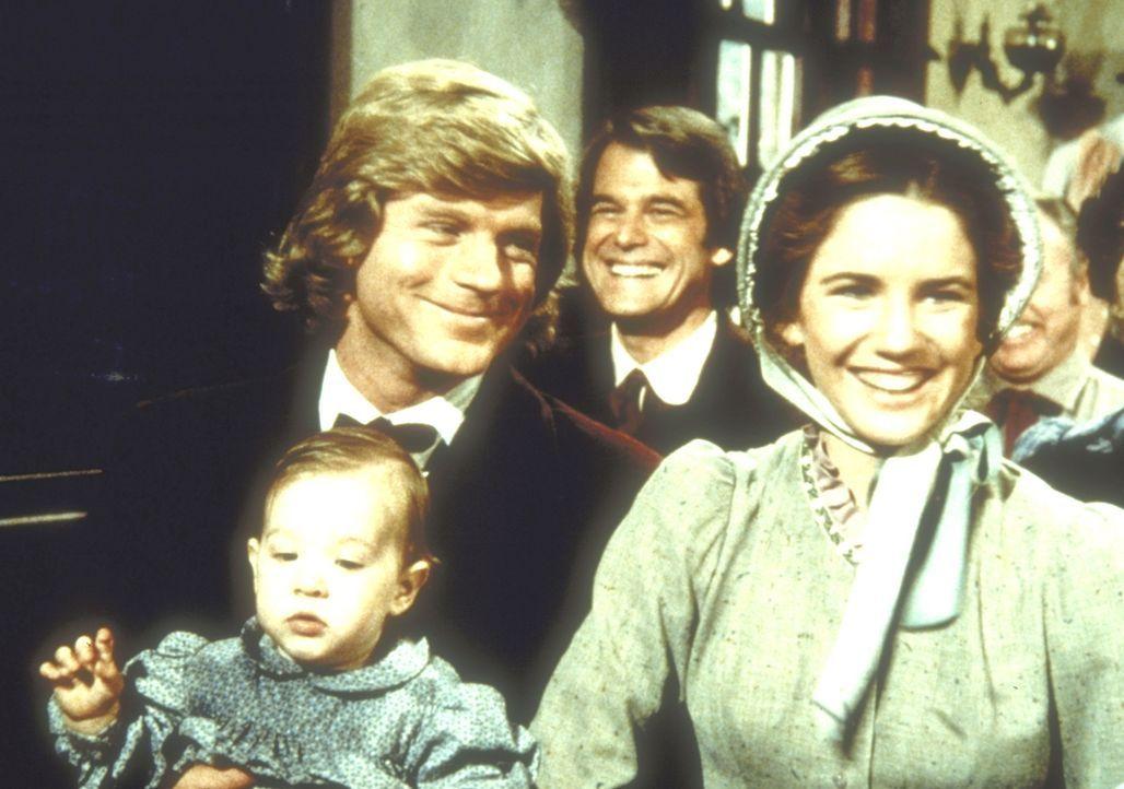 Almanzo (Dean Butler, l.) und Laura (Melissa Gilbert, M.) stellen in der Kirche ihr jüngstes Kind vor. - Bildquelle: Worldvision