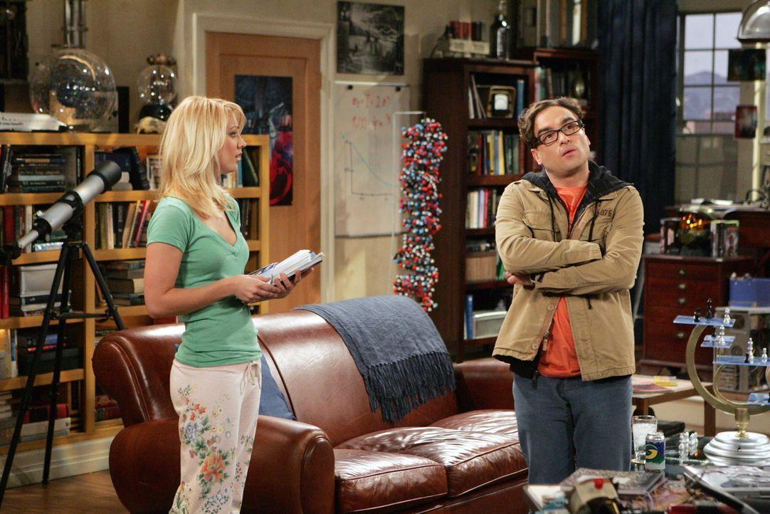 Penny (Kaley Cuoco, l.) begeht einen großen Fehler, als sie Leonard (Johnny Galecki, r.) und seinen Freunden erzählt, dass bei ihren Heimatbesuch... - Bildquelle: Warner Bros. Television