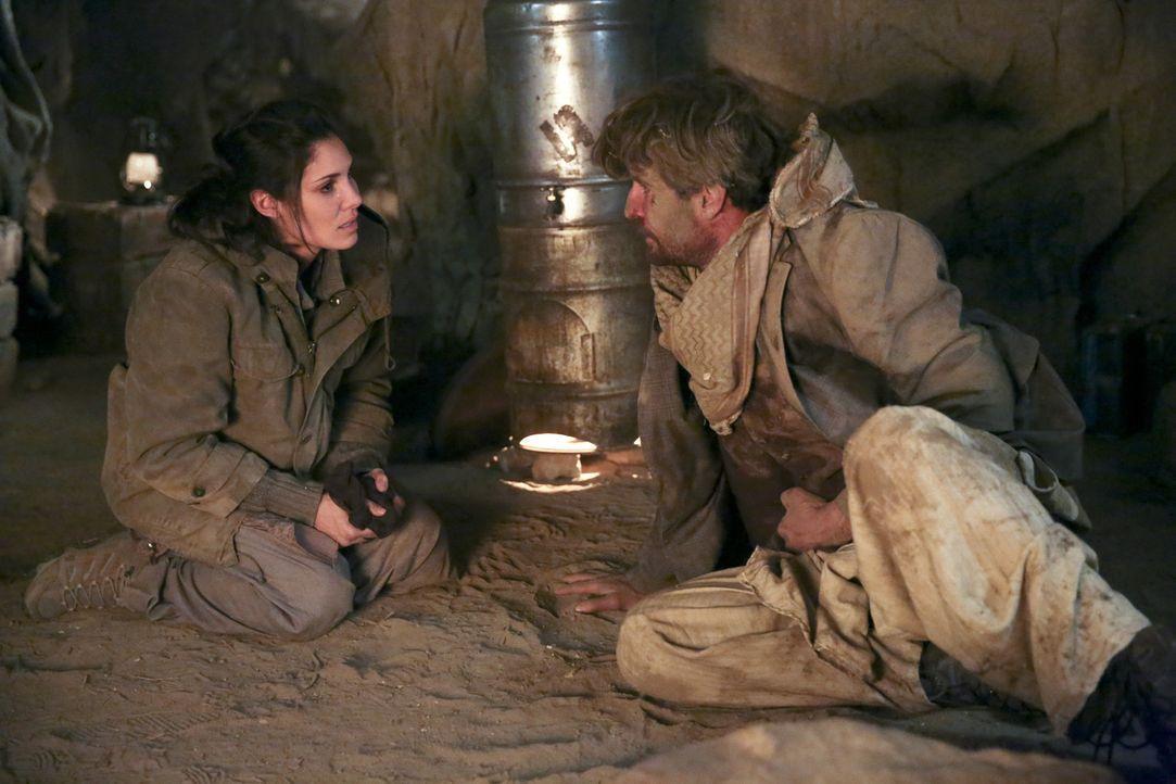 Kensi (Daniela Ruah, l.) wird von den Taliban in einer Höhle festgehalten. Deren eigentliches Ziel ist jedoch ihr Ex-Verlobter Jack (Matthew Del Neg... - Bildquelle: CBS Studios Inc. All Rights Reserved.