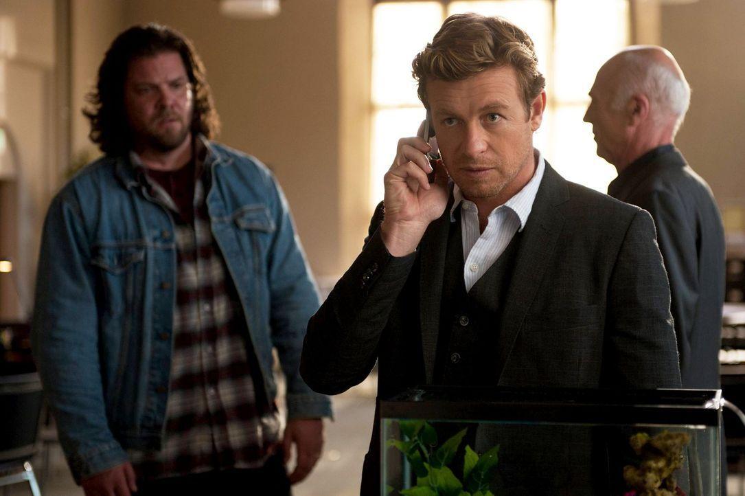 Patrick Jane (Simon Baker, M.)  ist dem Serienmörder Red John dicht auf den Fersen. Er hat die Namen der in Frage kommenden Verdächtigen bis auf sie... - Bildquelle: Warner Brothers Entertainment Inc.