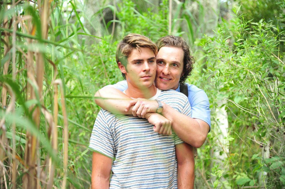 Machen sich auf, einen Mordfall genauer zu untersuchen - mit fatalen Folgen: Journalist Ward Jansen (Matthew McConaughey, r.) und sein jüngerer Brud... - Bildquelle: 2012 PAPERBOY PRODUCTIONS, INC.