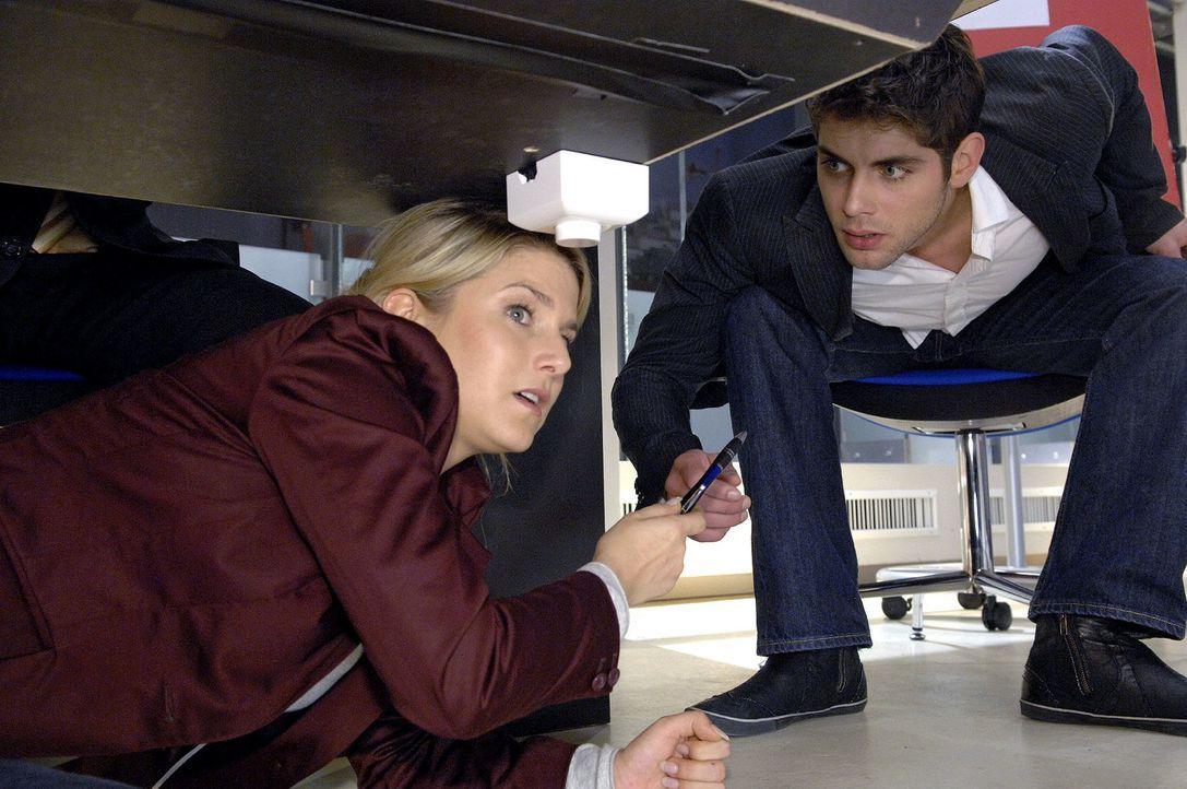 Jonas (Roy Peter Link, r.) ist fassungslos, als er Anna (Jeanette Biedermann, l.) unter dem Konferenztisch entdeckt. - Bildquelle: Claudius Pflug Sat.1