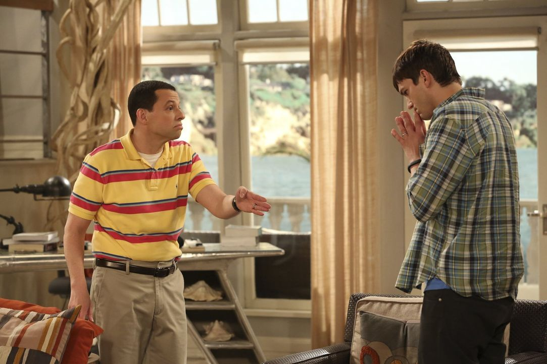 Walden (Ashton Kutcher, r.) kann es nicht fassen, dass Alan (Jon Cryer, l.) mit Sozialarbeiterin Ms. McMartin Schluss gemacht hat. Er befürchtet, da... - Bildquelle: Warner Brothers Entertainment Inc.