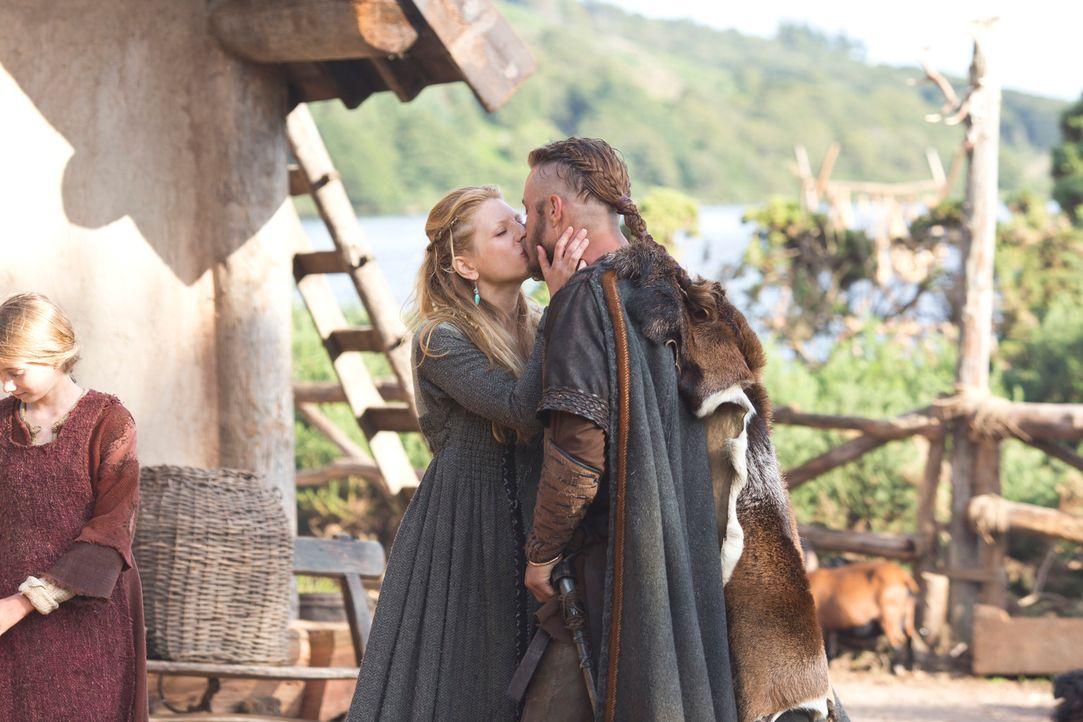 Endlich zu Hause und im Gepäck einen Sklaven im Priesterrock: Lagertha (Katheryn Winnick, l.) ist überglücklich, ihren Ragnar (Travis Fimmel, r.) he... - Bildquelle: 2013 TM TELEVISION PRODUCTIONS LIMITED/T5 VIKINGS PRODUCTIONS INC. ALL RIGHTS RESERVED.
