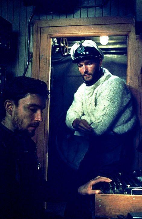 Weil sein U-Boot einen schweren Maschinenschaden davongetragen hat, gerät der Kapitänleutnant Wassner (Thomas Kretschmann, r.) unter Druck. Denn a... - Bildquelle: 2000 Universal Pictures. All Rights Reserved