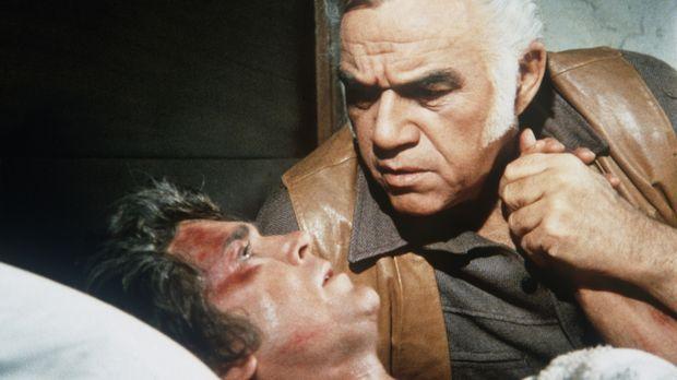 Ben (Lorne Greene, r.) ist in größter Sorge um Little Joe (Michael Landon, l....