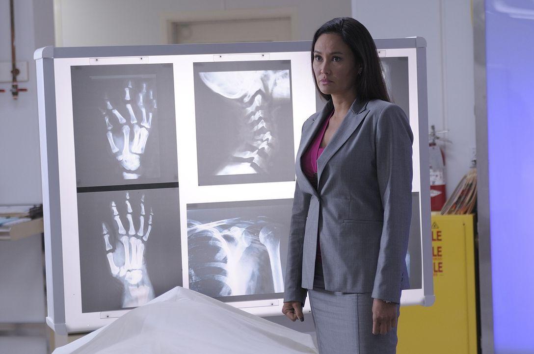 Katie Logan (Tia Carrere) muss Pete und Myka eine schreckliche Nachricht überbringen: Dickenson, der ehemalige Vorgesetzte der beiden, wurde umgebra... - Bildquelle: Philippe Bosse SCI FI Channel