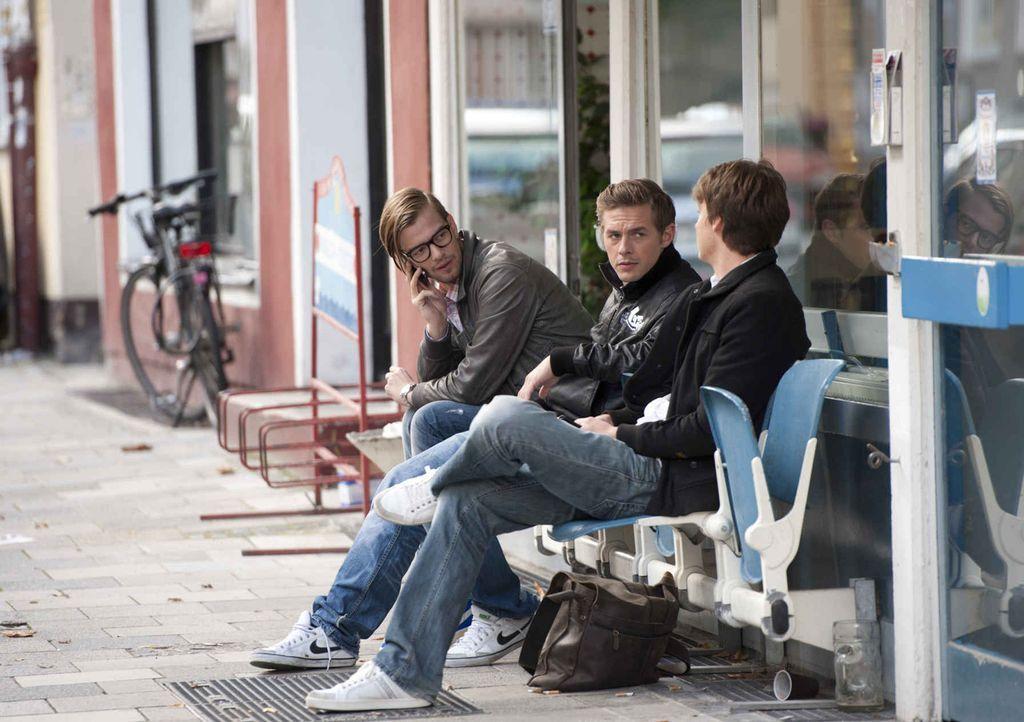 Joko Winterscheidt (l.) und Klaas Heufer-Umlauf (M.) wollen von Menschen auf der Straße wissen, was 2011 los war, welche Themen die Welt bewegt hab... - Bildquelle: ProSieben
