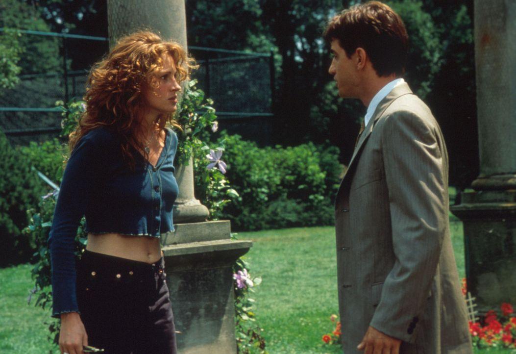 Eines Tages erfährt die erfolgreiche Restaurantkritikerin Julianne Potter (Julia Roberts, l.), dass ihr  bester Freund Michael O'Neal (Dermot Mulro... - Bildquelle: Columbia TriStar