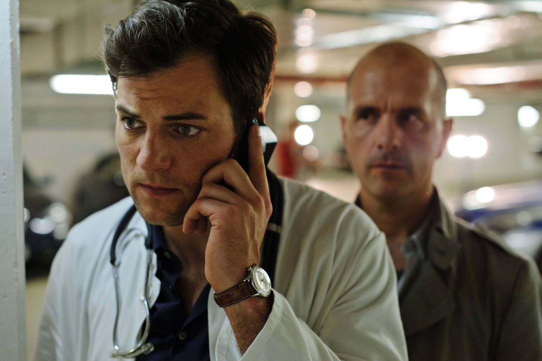 Schon bald stellt Kreutzer (Christoph Maria Herbst, r.) eine erste Diagnose über den Chefarzt Prof. Paul Weltz (Torben Liebrecht, l.): Er leidet an... - Bildquelle: Stefan Erhard ProSieben
