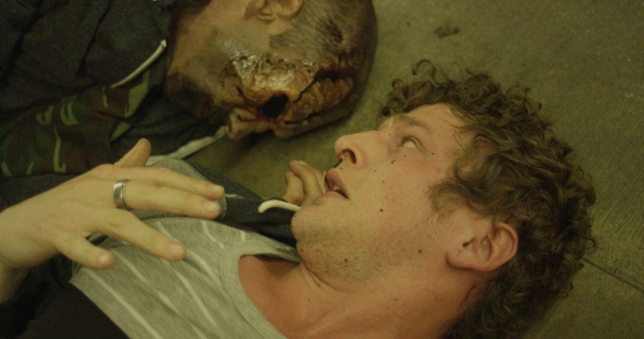 Turner (Jerod Meagher, r.) kann nicht glauben, was ihn soeben überfallen hat ... - Bildquelle: Warner Bros. All Rights Reserved.