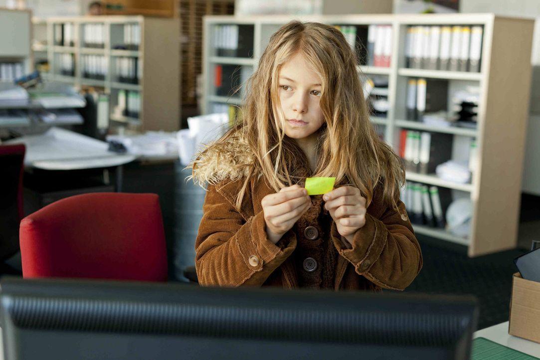 Als Danni der kleinen Taschendiebin Emma (Luna Jakob) reflexartig eine Ohrfeige gibt - bekommt sie Probleme ... - Bildquelle: Frank Dicks SAT.1