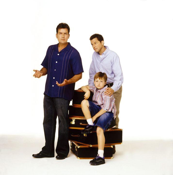 (1. Staffel) - Nach einigen Anfangsschwierigkeiten läuft der Alltag in der Männer- WG eigentlich ganz gut: Charlie (Charlie Sheen, l.), Alan (Jon Cryer, r.) und Jake (Angus T. Jones, M.) ...