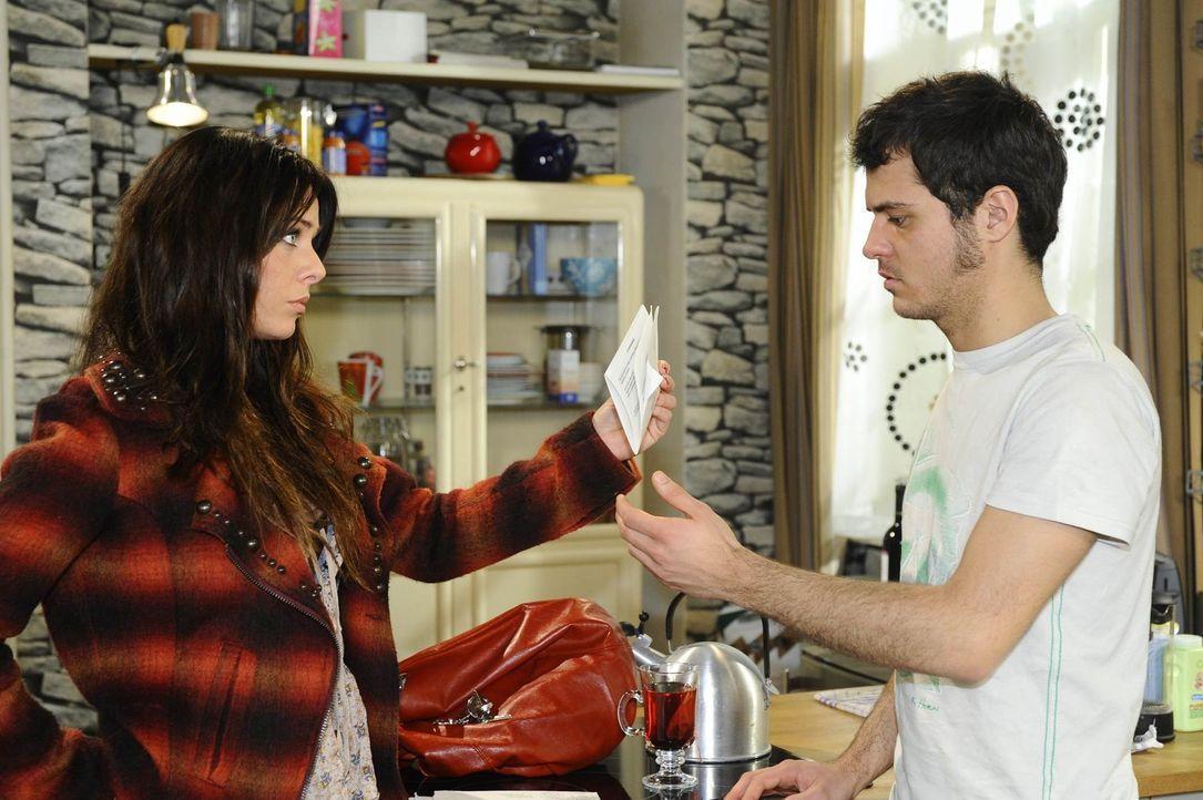 Paloma (Maja Maneiro, l.) ist nicht länger gewillt, Maiks (Sebastian König, r.) sonderbares Verhalten hinzunehmen und stellt ihn zur Rede. Sie dro... - Bildquelle: SAT.1