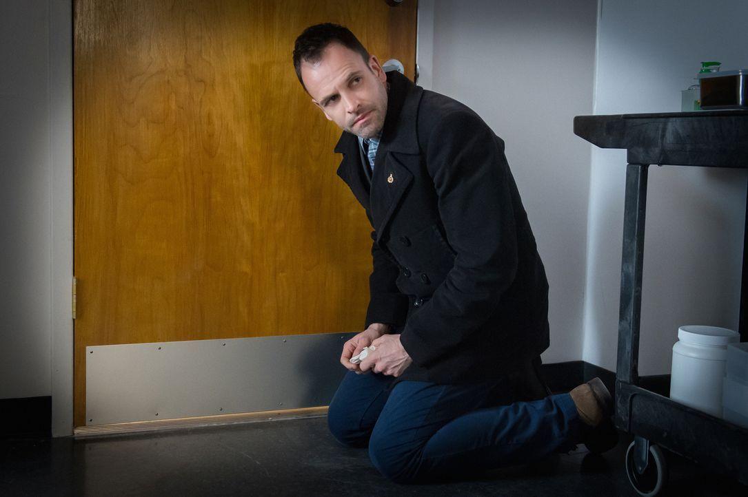 Genialer Forensiker: Sherlock Holmes (Jonny Lee Miller) kommt mit seinen Ermittlungsmethoden dahinter, dass Barry Granger ermordet wurde. Seine Dusc... - Bildquelle: Jeff Neumann CBS Television