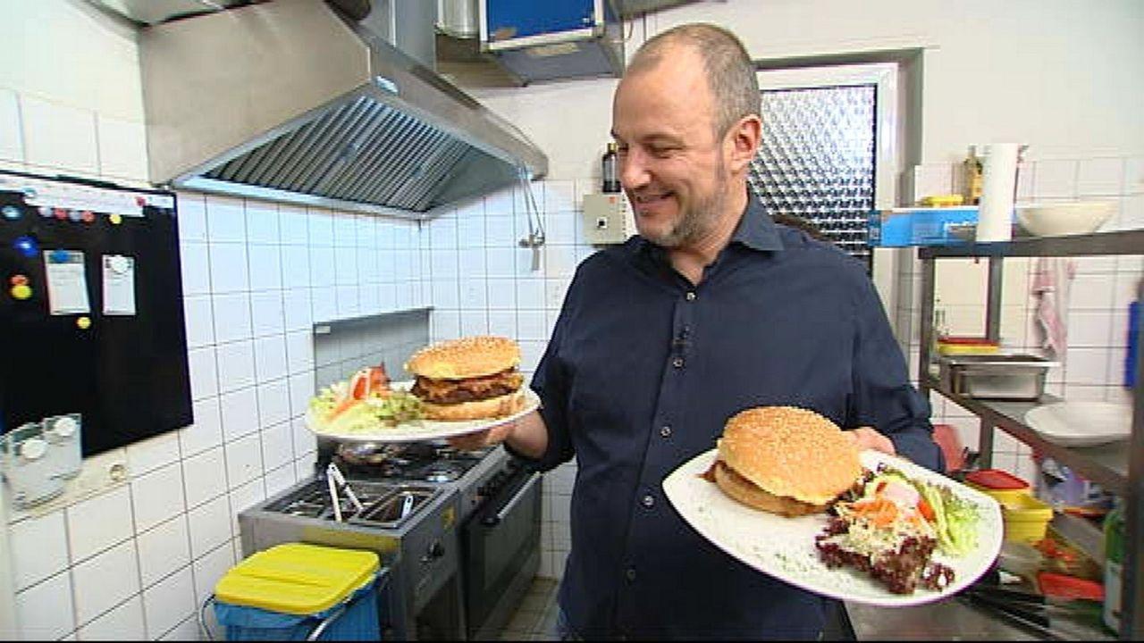 """Frank Rosin präsentiert den neuen Burger des """"Grill Bill"""". - Bildquelle: kabel eins"""