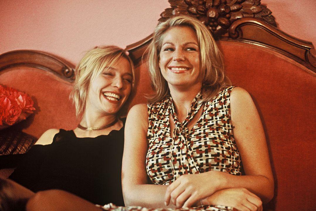 Clara (Sophie Schütt, r.) beneidet ihre Schwester Meike (Sandra Borgmann, l.) um ihr Liebesglück und findet bei ihr auch Trost. - Bildquelle: manju.de Sat.1