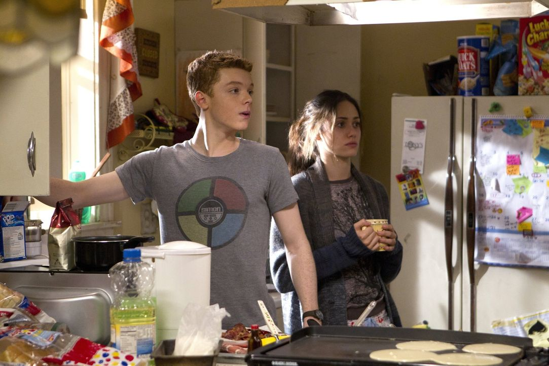 Während Fiona (Emmy Rossum, r.) langsam die Entscheidung bereut, Lip aus dem Haus geworfen zu haben, wird Ian (Cameron Monaghan, l.) etwas Absurdes... - Bildquelle: 2010 Warner Brothers