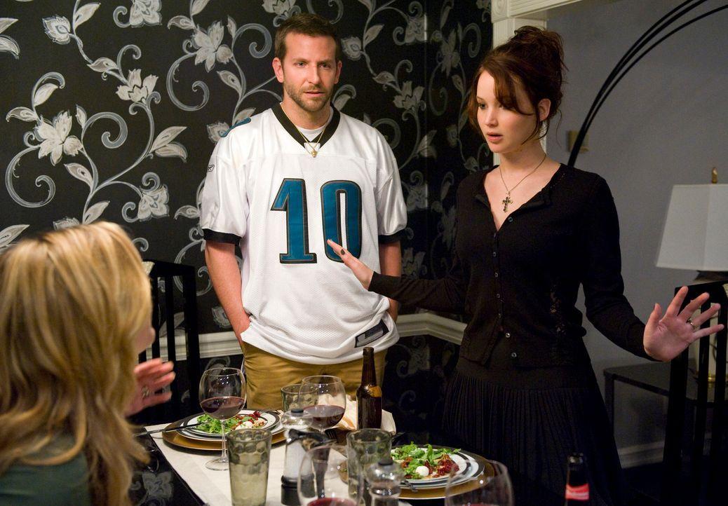 Für Pat (Bradley Cooper, l.) steht schon nach kurzer Zeit der Bekanntschaft fest: Tiffany (Jennifer Lawrence, r.) ist noch eine ganze Ecke verrückte... - Bildquelle: 2012 The Weinstein Company.