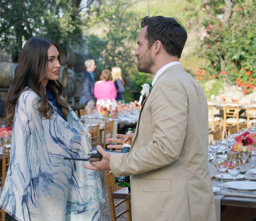 """Nick (Jake Johnson, r.) ist begeistert, als Reagan (Megan Fox, l.) zur Hochzeit erscheint, doch vor dem Wort """"Beziehung"""" schreckt Reagan plötzlich z... - Bildquelle: Adam Taylor 2016 Fox and its related entities.  All rights reserved."""