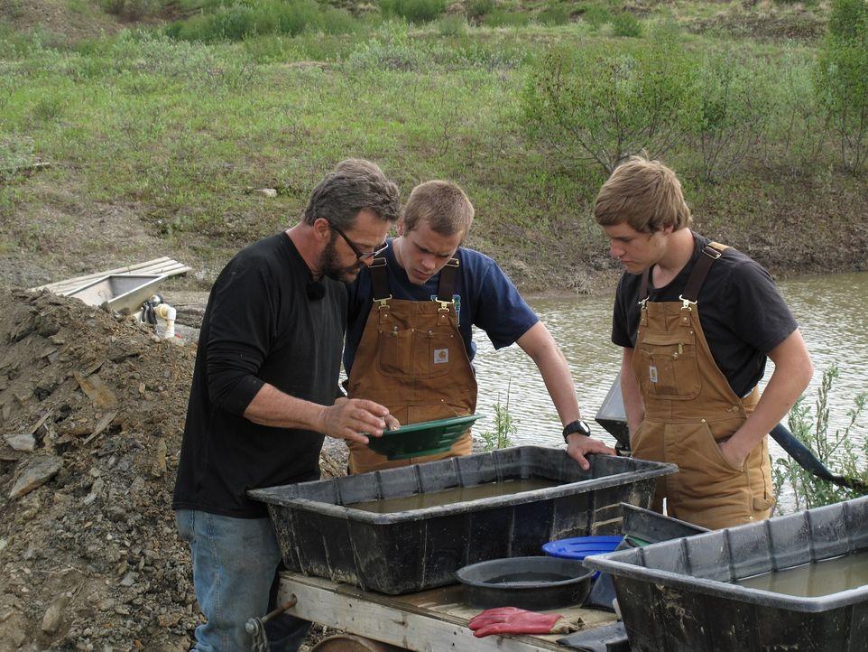 Johnny mit seinem Sohn Jonathan und Freund Jacob beim Goldwaschen