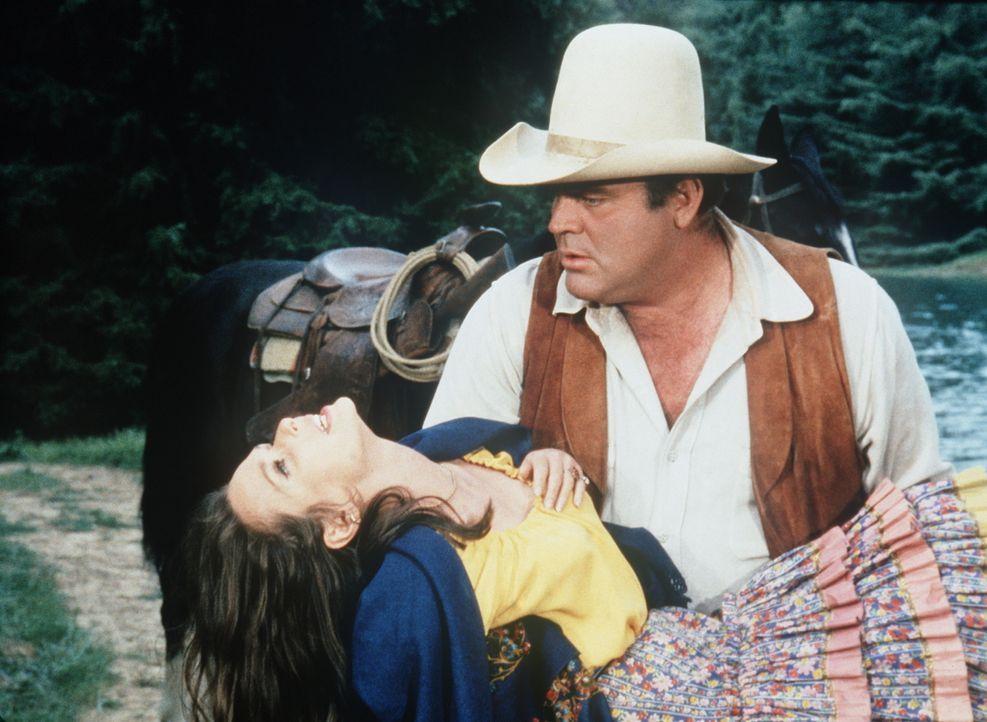 Hoss Cartwright (Dan Blocker, r.) geht der Zigeunerin Rosalita (Susan Strasberg, l.) auf den Leim, die versucht, ihn mit Tricks vor den Traualtar zu... - Bildquelle: Paramount Pictures