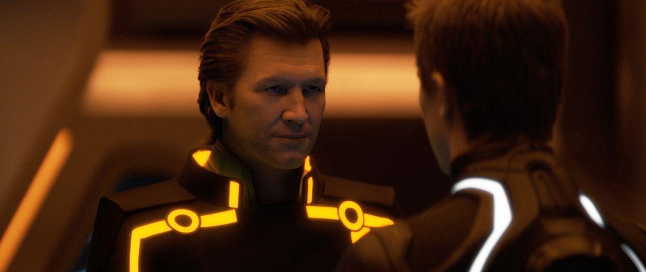 Schon ewig ist Clu (Jeff Bridges, l.) der Gegenspieler von Kevin Flynn, da kommt es ihm sehr gelegen, Sam Flynn (Garrett Hedlund, r.) in seinen Hall... - Bildquelle: Disney Enterprises, Inc.  All rights reserved
