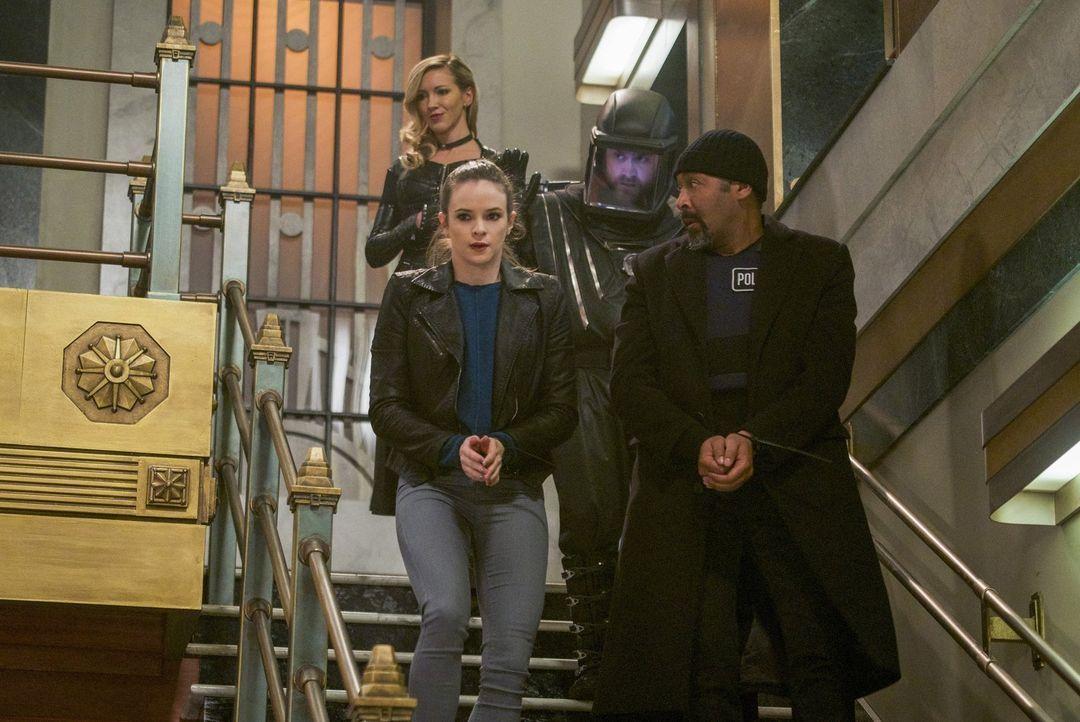 Laurel alias Siren X (Katie Cassidy, hinten l.) gelangt von Erde X in unsere Welt und nimmt Neil alias Fallout (Ryan Alexander McDonald, hinten r.),... - Bildquelle: 2017 Warner Bros.