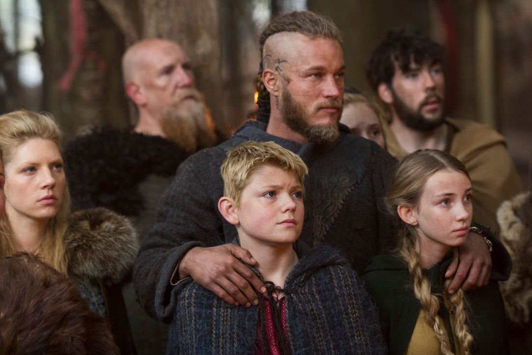 Gemeinsam mit seiner Ehefrau Lagertha (Katheryn Winnick, l.), Sohn Björn (Nathan O'Toole, 2.v.l.) und Tochter Gyda (Ruby O'Leary, r.) begibt sich Ra... - Bildquelle: 2013 TM TELEVISION PRODUCTIONS LIMITED/T5 VIKINGS PRODUCTIONS INC. ALL RIGHTS RESERVED.