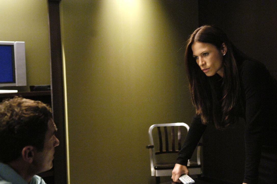 Kit McGraw (Rhona Mitra, r.) nimmt Christian (Julian McMahon, l.) als Hauptverdächtigen im Mordfall von Rhea Reynolds fest, da sie scheinbar einen... - Bildquelle: TM and   2005 Warner Bros. Entertainment Inc. All Rights Reserved.