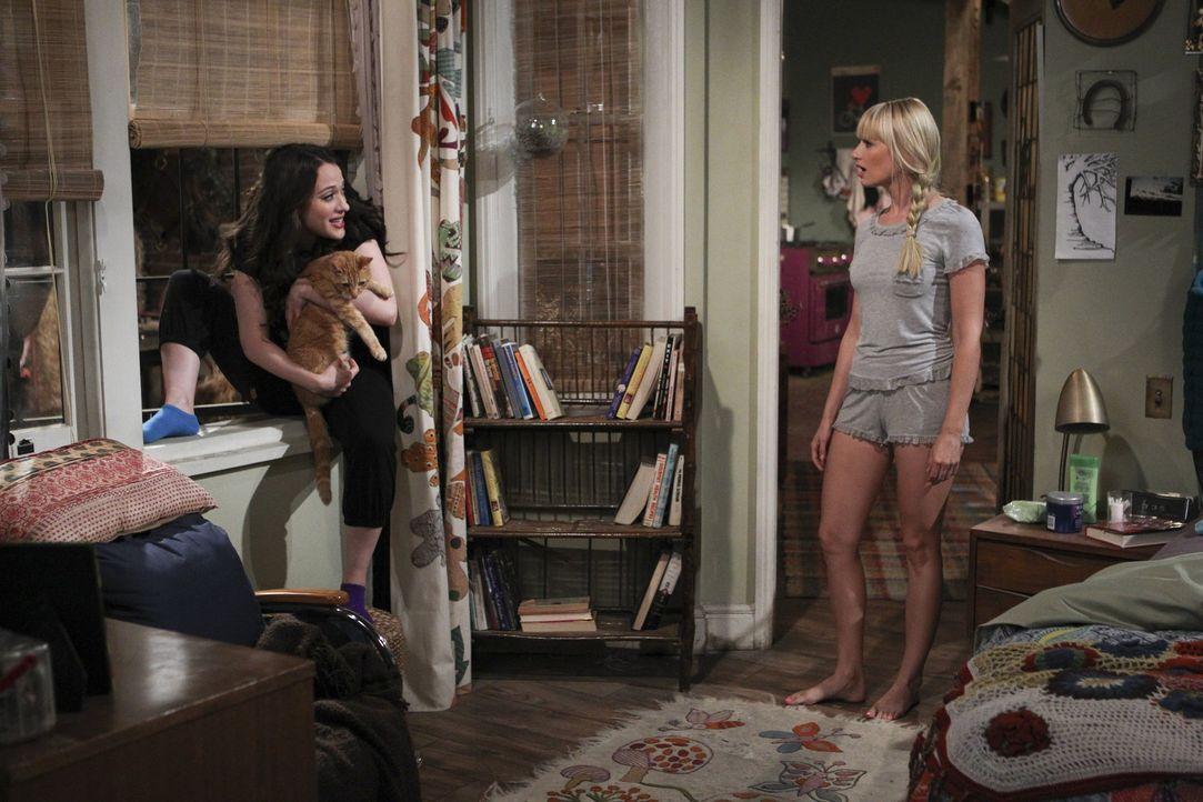 Geraten aneinander: Caroline (Beth Behrs, r.) und Max (Kat Dennings, l.) ... - Bildquelle: Warner Brothers