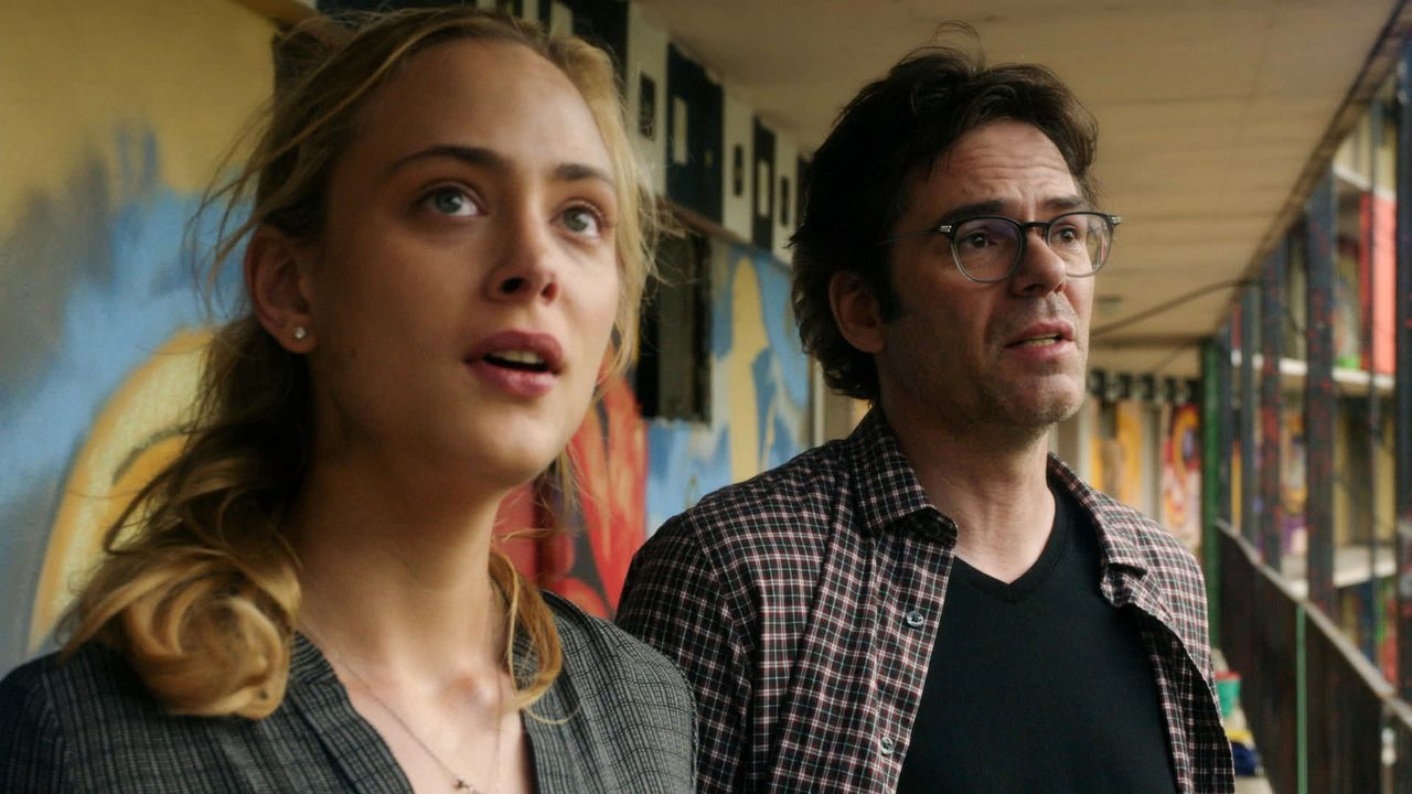 Entsetzt darüber, wie viele Fledermäuse sich im Himmel Mexikos aufhalten: Chloe (Nora Arnezeder, l.) und Mitch (Billy Burke, r.) ... - Bildquelle: Steve Dietl 2015 CBS Broadcasting Inc. All Rights Reserved.