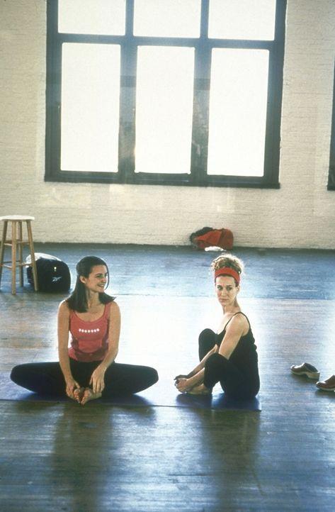 Carrie (Sarah Jessica Parker, r.) ist traurig, weil Mr. Big nie wieder heiraten will. Da kann sie auch Yoga mit Charlotte (Kristin Davis, l.) nicht... - Bildquelle: Craig Blankenhorn 1998 Rysher Entertainment, Inc.