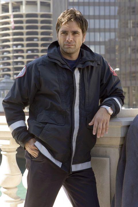 Tony Gates (John Stamos) fühlt sich zu Neela hingezogen und hofft auf ein Date mit ihr ... - Bildquelle: Warner Bros. Television