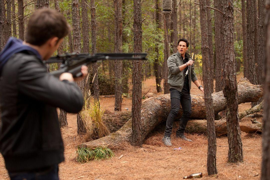 Tyler Lockwood (Michael Trevino, r.) soll dafür sorgen, dass Jeremy (Steven R. McQueen, l.) vom Eisenkraut wegkommt und dadurch manipulierbar wird. - Bildquelle: Warner Brothers