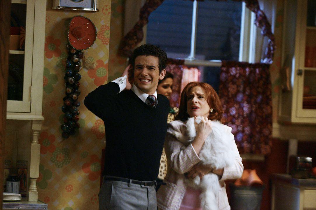 Familie Suarez lädt Marc (Michael Urie, l.) und seine Mutter (Patti LuPone, r.) zum Hackbraten-Essen ein. Leider verläuft der Abend anders als gepla... - Bildquelle: Buena Vista International Television