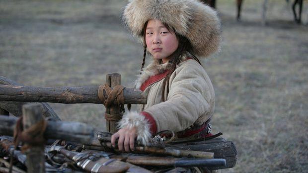 Der neunjährige Temudgin (Odnyam Odsuren) ist mit seinem Vater Yesügai zum St...
