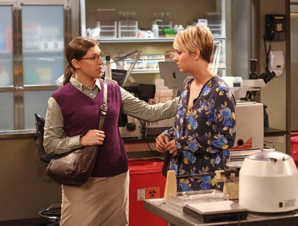 Bernadette zeigt sich leicht verärgert darüber, dass sich Penny (Kaley Cuoco, r.) nicht auf den neuen Job vorbereitet, den sie ihr vermittelt hat. V... - Bildquelle: Warner Brothers