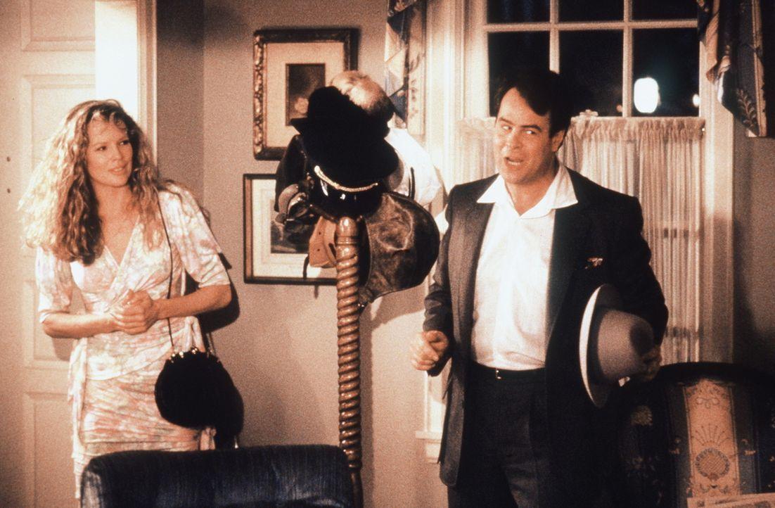 In einem galaktischen Schnellkurs erlernt Celeste (Kim Basinger, l.) das Küssen, doch erst bei einem Intensivkurs mit dem Astronomen Steve (Dan Ayk... - Bildquelle: Columbia Pictures