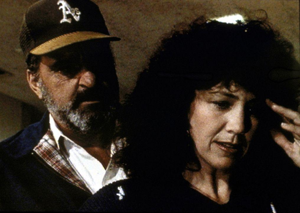 Mark (Victor French, l.) tröstet Lorraine (Jane Daly, r.) nach dem Tod ihres Mannes. - Bildquelle: Worldvision Enterprises, Inc.