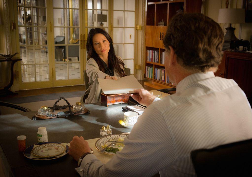 Joan (Lucy Liu, l.) wird von Holmes Vater Morland (John Noble, r.) überrascht, der sie zum gemeinsamen Dinner einlädt ... - Bildquelle: Jeff Neira 2015 CBS Broadcasting Inc. All Rights Reserved.