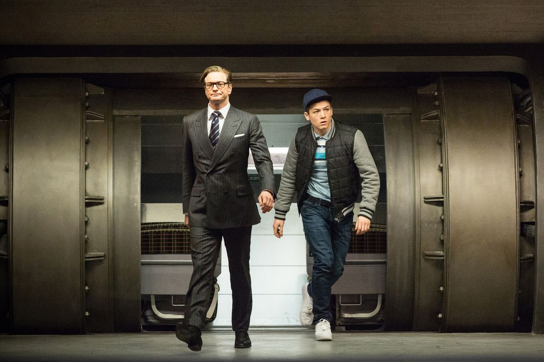 "Nachdem Geheimagent Harry Hart (Colin Firth, l.) ""Eggsy"" (Taron Egerton, r.) aus dem Knast geholt hat, schickt er ihn zur Ausbildung als Superspion.... - Bildquelle: 2015 Twentieth Century Fox Film Corporation. All rights reserved."